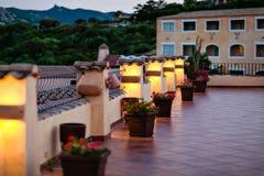 Angenehme Terrasse wird im Gelb in Sardinien hervorgehoben Stockfotografie