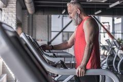 Angenehmer bärtiger Mann genießt Sport Lizenzfreies Stockbild