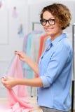 Angenehmer Designer, der Kleidung herstellt Stockfotografie