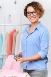 Angenehmer Designer, der Kleidung herstellt Lizenzfreies Stockbild