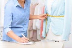 Angenehmer Designer, der Kleidung herstellt Stockbild