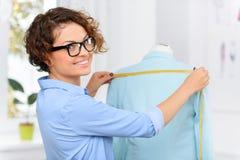 Angenehmer Designer, der Kleidung herstellt Stockfoto