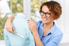 Angenehmer Designer, der Kleidung herstellt Lizenzfreie Stockbilder