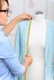 Angenehmer Designer, der Kleidung herstellt Stockfotos