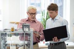Angenehmer leitender Ingenieur, der Maßen zu seinem Interniertem erklärt lizenzfreies stockbild