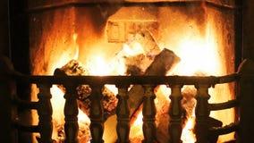 Angenehmer warmer Kamin mit Feuer stock video footage