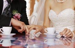 Angenehmer Zeitvertreib hinter einer Kaffeetasse Lizenzfreie Stockbilder