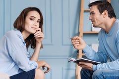 Angenehmes Frau havign eine Verabredung mit ihrem psychlogist Lizenzfreie Stockfotografie