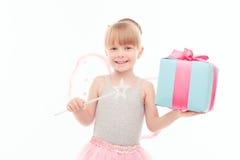 Angenehmes kleines Mädchen, das Geschenk hält Lizenzfreies Stockfoto