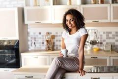 Angenehmes Mädchen, das in der Küche stillsteht Stockfotos