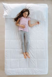 Angenehmes müdes Mädchen, das zu Hause stillsteht Lizenzfreies Stockbild