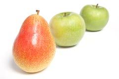 Angeordnete Birne und grüne Äpfel Stockfoto