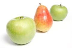 Angeordnete Birne und grüne Äpfel Stockfotografie