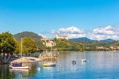 Angera Lombardy, Italien 11 September 2017 SlottAngera sjö Arkivfoton
