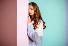 Angeredet für sie H?bsches M?dchen Modem?dchen nette Wolljacke tragen Blick der jungen Frau modisch Moderner Blick des Modemodell stockfotografie