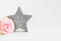 Angeredete Blumenphotographie des Wand-Modells auf Lager Stockbild