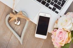 Angeredeter Desktop mit modernem Telefon Stockbild