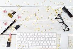 Angeredeter weiblicher Desktop mit Scheinen und Lippenstift Modell lizenzfreies stockbild