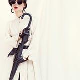 Angeredetes Modemädchen mit Regenschirm Bezauberndes Portrait lizenzfreies stockbild