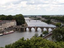 Angers som lokaliseras in på den geografiska mitten av Maine-et-Loireavdelningen Bron över Maine Fotografering för Bildbyråer
