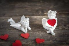 Anges avec des icônes de coeurs de l'amour et du jour du ` s de valentine Images libres de droits