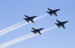 Anges bleus volant dans la formation photographie stock