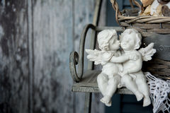 Anges d'amour de figurines se reposant sur un banc Photographie stock