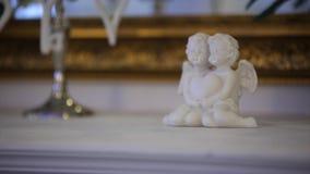 Anges de porcelaine avec le coeur dans des mains banque de vidéos