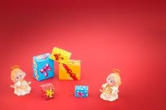 Anges en céramique et boîte-cadeau de Noël Photos stock