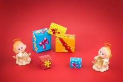 Anges en céramique et boîte-cadeau de Noël Photographie stock libre de droits