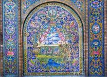 Anges et chasseurs sur le mur de carreau de céramique du palais de Golestan, Iran Photographie stock