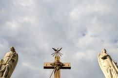 Anges et une croix Image stock