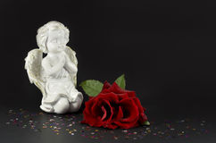 Anges ornementaux avec la rose de rouge pour des cadeaux de Noël Image libre de droits