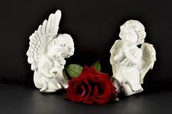Anges ornementaux avec la rose de rouge pour des cadeaux de Noël Images stock