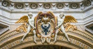 Anges soutenant un manteau d'évêque des bras, dans la basilique de Santa Maria del Popolo à Rome, l'Italie photographie stock libre de droits