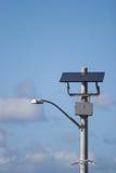 Angeschaltene Solarstraßenlaterne lizenzfreie stockbilder