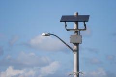 Angeschaltene Solarstraßenlaterne stockbilder