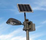 Angeschaltener Lampensolarpfosten Stockfoto
