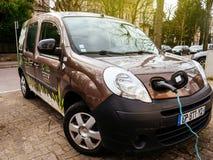 Angeschlossenes Renault-minipackwagenelektroauto auf der Straße elektrisch stockfotos