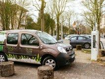 Angeschlossenes Renault-minipackwagenelektroauto auf der Straße elektrisch lizenzfreie stockfotografie