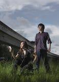 Angeschwemmte Abbildung der asiatischen Paare, die draußen aufwerfen Stockfoto