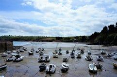Angeschwemmte Boote auf einem kleinen Strand in Brittany France Europe lizenzfreie stockfotografie
