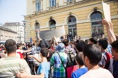 Angeschwemmte Flüchtlinge protestieren vor der Keleti-Bahnstation d lizenzfreie stockfotografie
