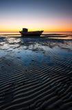 Angeschwemmtes Boot stockfotos