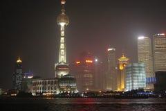 Angesehen von oben genanntem auf einer freien Nacht China Die Landschaft von Parkbereichen, von alten Gebäuden und von modernen W lizenzfreies stockfoto