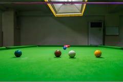 Angesichts des Öffnungsspiels des Snookers Lizenzfreie Stockfotos