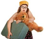 Angespannte junge Frau mit Koffer Stockfotos