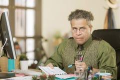 Angespannter kreativer Geschäftsmann in einem Büro Stockbild