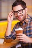 Angespornt mit Schale frischem Kaffee Stockfoto