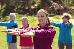 Angespornte gealterte Leute der jungen Frau Training Stockbild